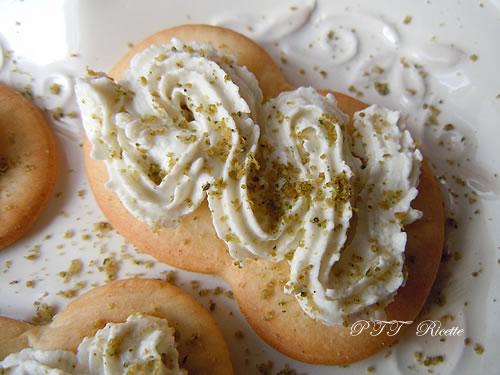 Antipasto di formaggio caprino su cracker 1