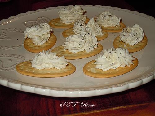 Antipasto di formaggio caprino su crackers 5