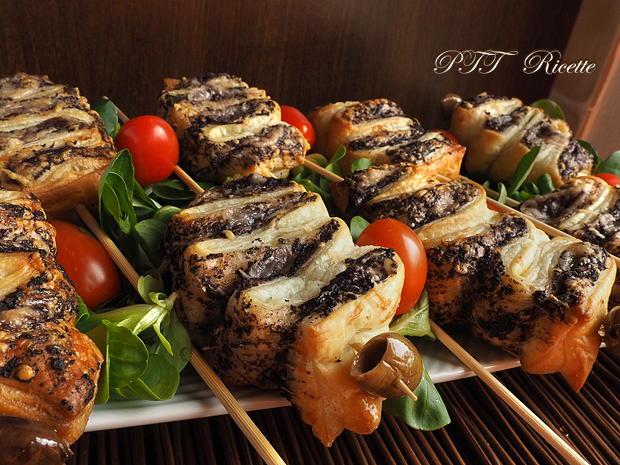 Antipasto di sfoglia con paté di olive e Parmigiano 12