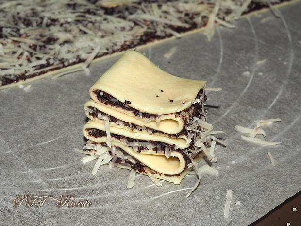 Antipasto di sfoglia con paté di olive e Parmigiano 6