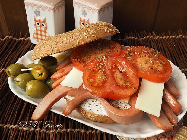Bagel con wurstel pomodoro e formaggi 7