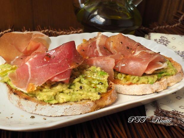 Bruschette con avocado e prosciutto crudo 2
