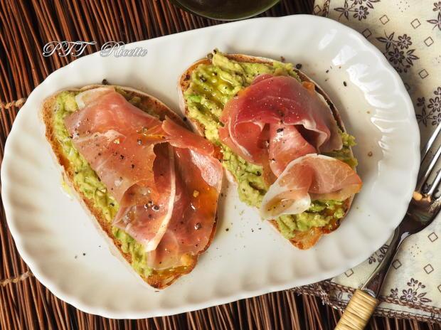 Bruschette con avocado e prosciutto crudo 4