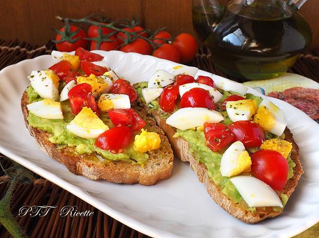 Bruschette con avocado, uova e pomodorini 10