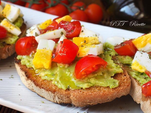 Bruschette con avocado, uova e pomodorini 11