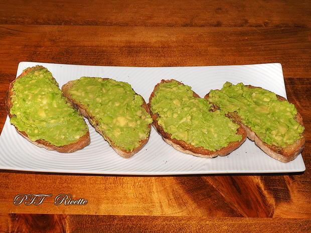 Bruschette con avocado, uova e pomodorini 6