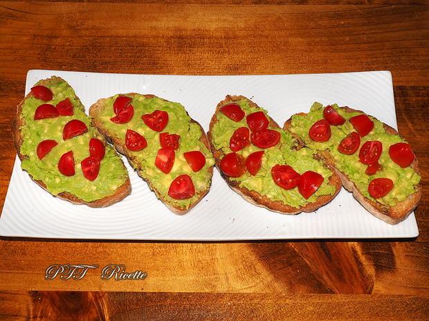 Bruschette con avocado, uova e pomodorini 7