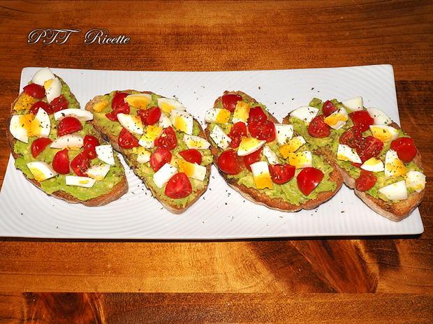 Bruschette con avocado, uova e pomodorini 8