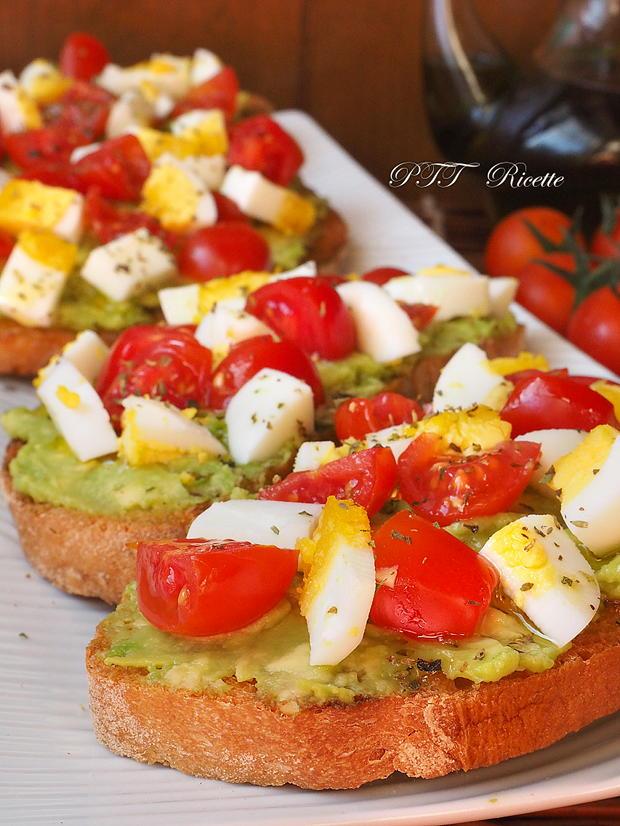 Bruschette con avocado, uova e pomodorini 9