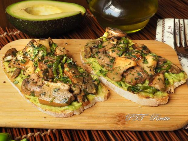 Bruschette con funghi e crema di avocado 1