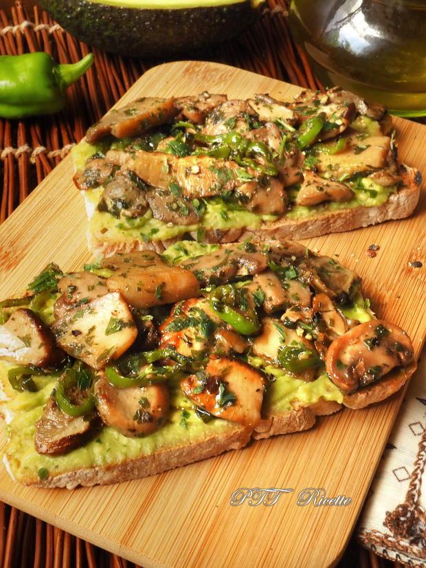 Bruschette con funghi e crema di avocado 4