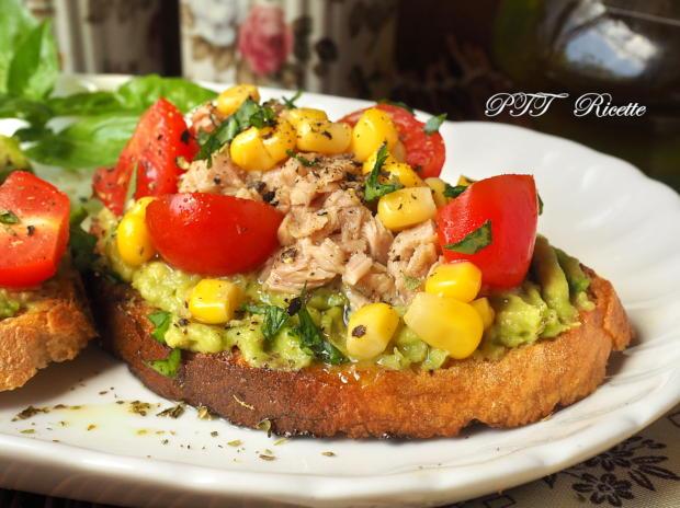 Bruschette con tonno, mais, pomodorini e crema di avocado 1