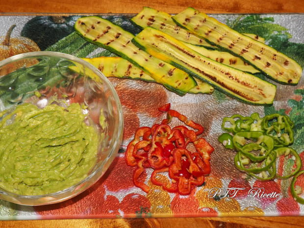 Bruschette con zucchine grigliate, peperoncini dolci e crema di avocado 1