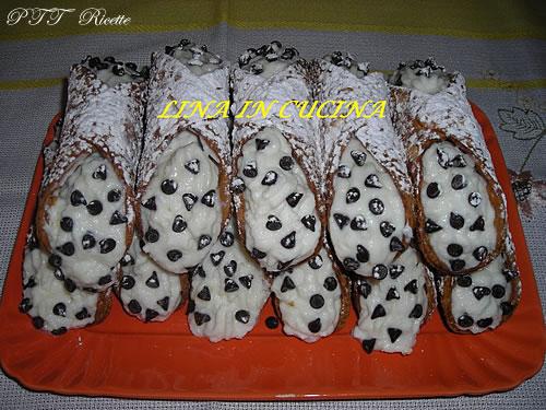 Cannoli di ricotta con gocce di cioccolato