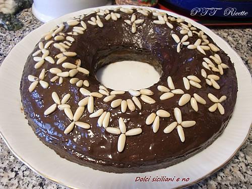 Ciambellone al cioccolato e pinoli con confettura di albicocche