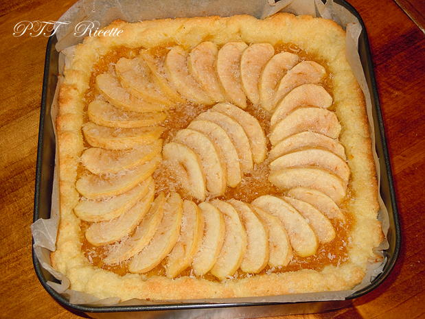 Crostata morbida al cocco con mele e marmellata 11