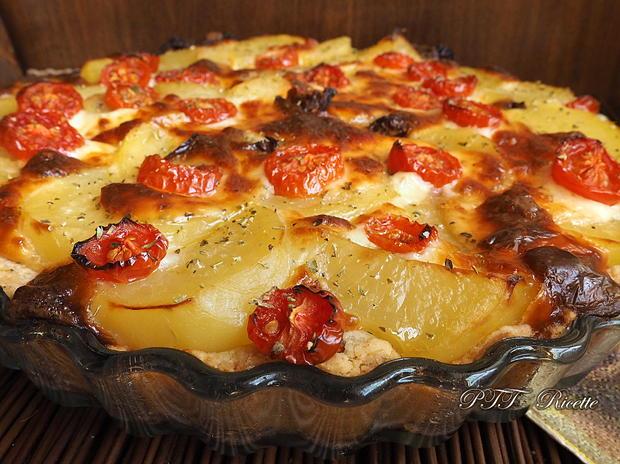 Crostata salata con patate, mozzarella e pomodorini 10