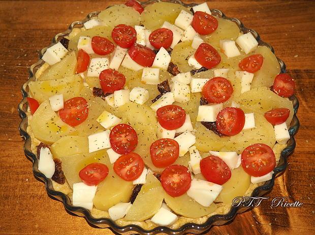 Crostata salata con patate, mozzarella e pomodorini 7
