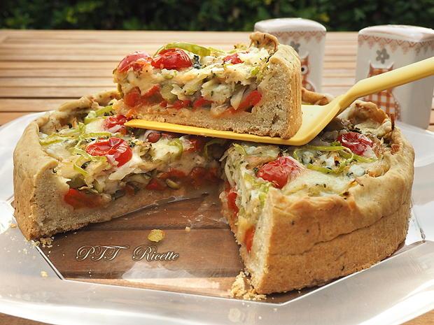 Crostata salata con zucchine, peperoni arrostiti, olive, scamorza e mozzarella 14