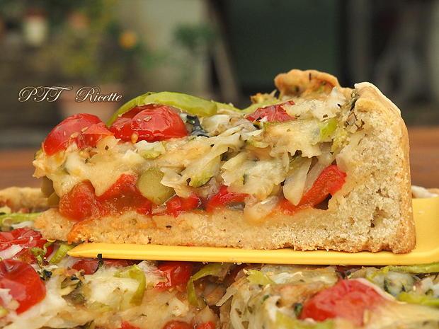 Crostata salata con zucchine, peperoni arrostiti, olive, scamorza e mozzarella 15