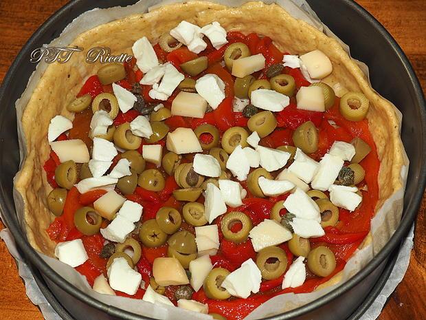 Crostata salata con zucchine, peperoni arrostiti, olive, scamorza e mozzarella 5