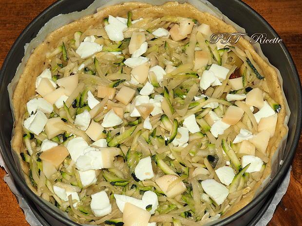 Crostata salata con zucchine, peperoni arrostiti, olive, scamorza e mozzarella 7