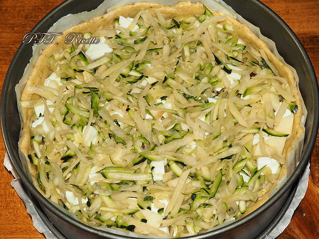 Crostata salata con zucchine, peperoni arrostiti, olive, scamorza e mozzarella 8