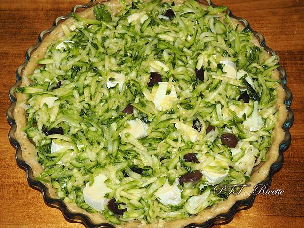 Crostata salata formaggiosa con zucchine e peperoni 11