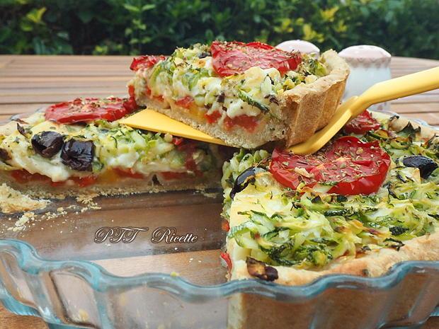 Crostata salata formaggiosa con zucchine e peperoni 17