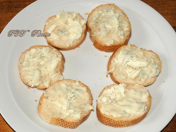 Crostini piccanti con gorgonzola e acciughe sottolio 1