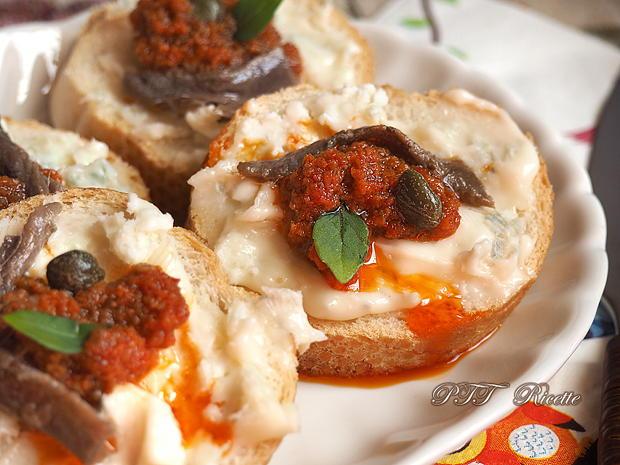 Crostini piccanti con gorgonzola e acciughe sottolio 3