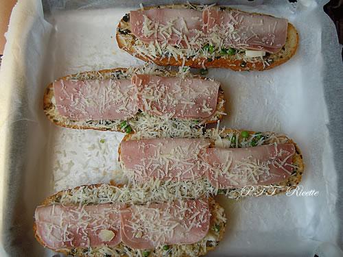 Crostoni al forno con prosciutto cotto, Galbanino e piselli 6