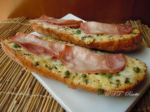 Crostoni al forno con prosciutto cotto, Galbanino e piselli