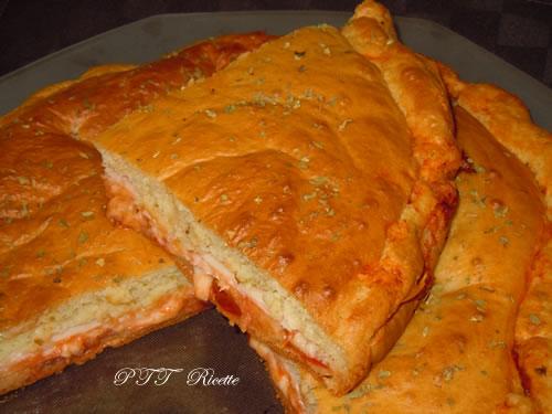 Focaccia ad impasto molle con petto di pollo al forno, provolone e sugo 1