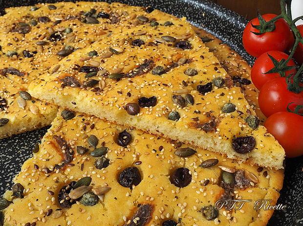 Focaccia di semola veloce con acciughe e olive 7