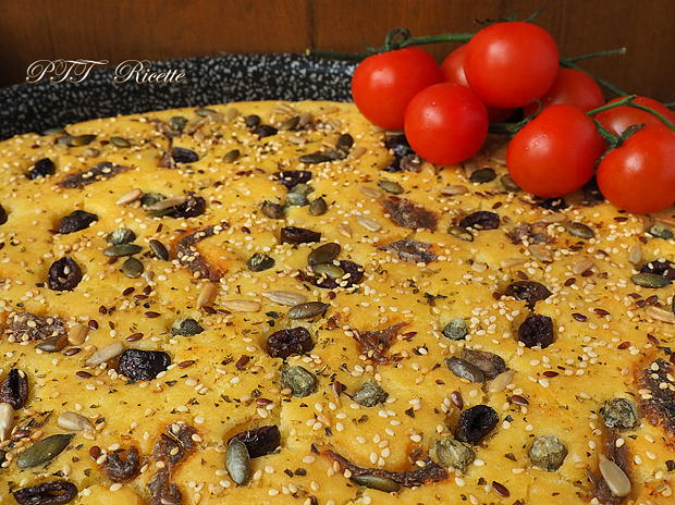 Focaccia di semola veloce con acciughe e olive 8