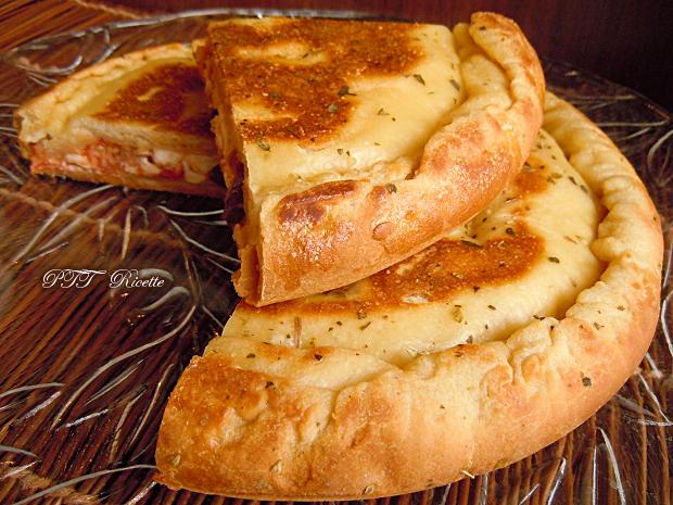 Focaccia in padella con tonno, olive e ricotta 9