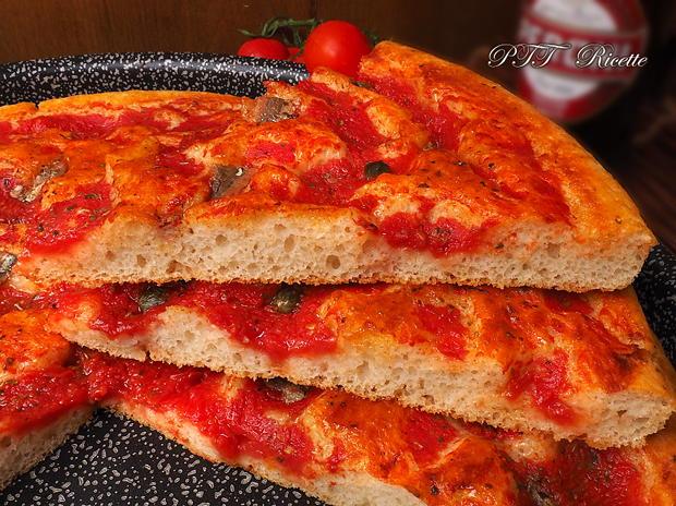 Focaccia veloce al pomodoro, origano e acciughe