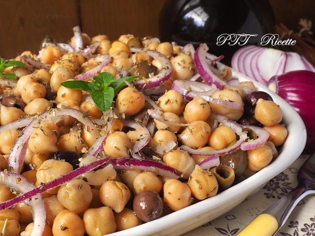 Insalata di ceci con cipolle, olive e funghi sottolio 1