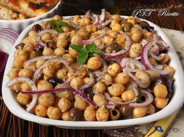 Insalata di ceci con cipolle, olive e funghi sottolio 2