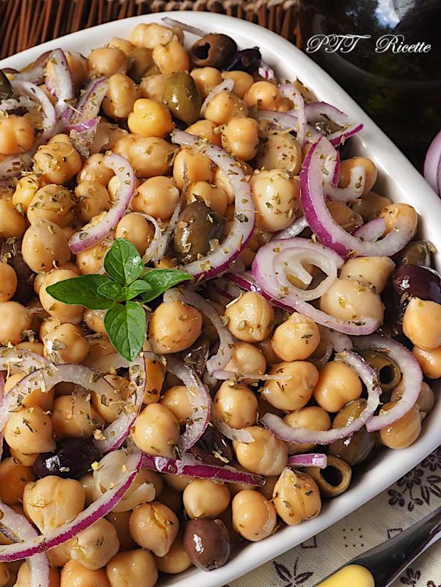 Insalata di ceci con cipolle, olive e funghi sottolio 3