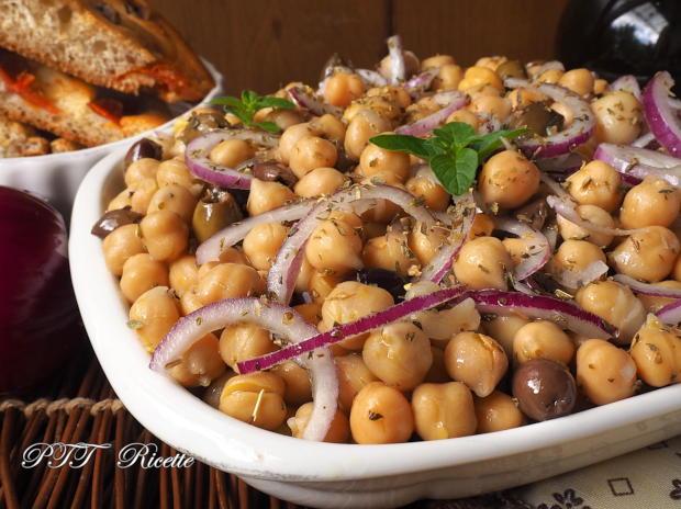 Insalata di ceci con cipolle, olive e funghi sottolio 4
