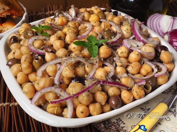 Insalata di ceci con cipolle, olive e funghi sottolio