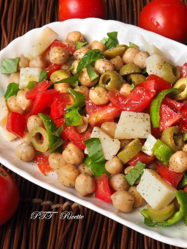 Insalata di ceci estiva con pomodori, peperoncini verdi, parmigiano, olive 4