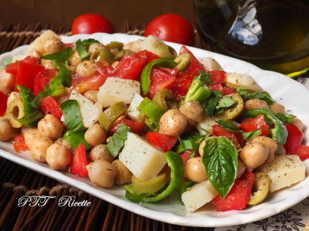 Insalata di ceci estiva con pomodori, peperoncini verdi, parmigiano, olive