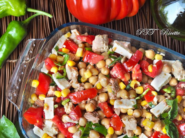 Insalata di ceci, tonno, pomodori, feta, peperoncini verdi e mais 3