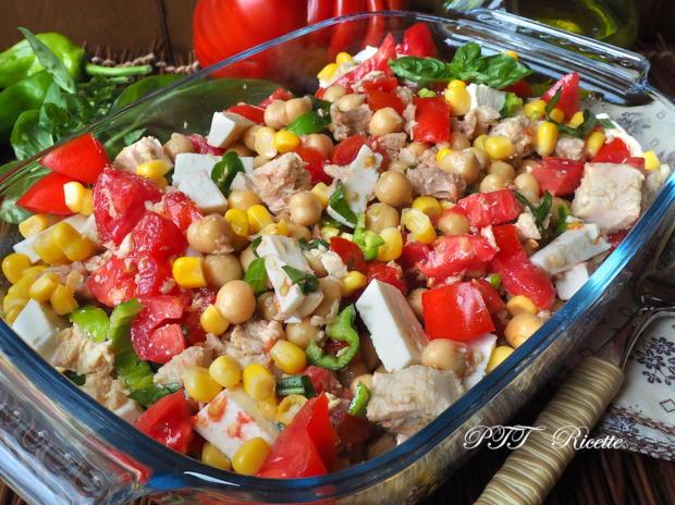 Insalata di ceci, tonno, pomodori, feta, peperoncini verdi e mais