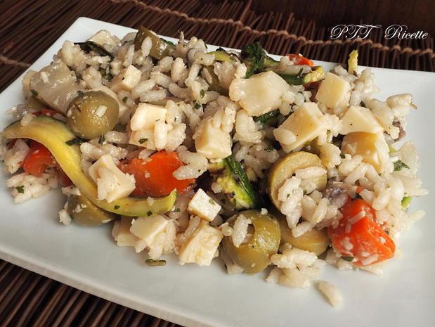 Insalata fredda di riso con zucchine, sottaceto, olive e formaggio 1