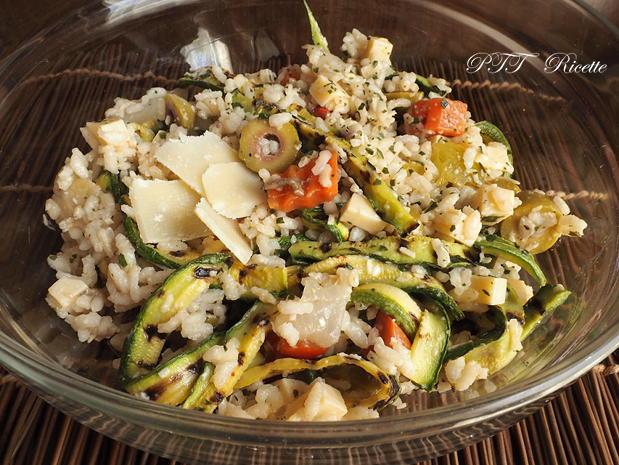 Insalata fredda di riso con zucchine, sottaceto, olive e formaggio 2