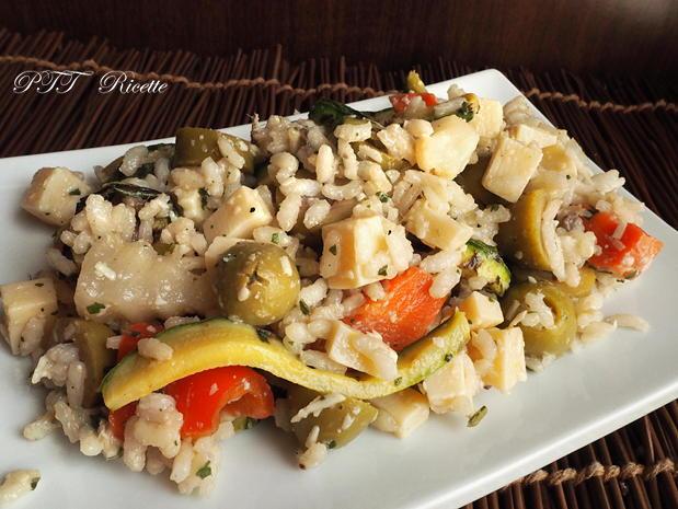 Insalata fredda di riso con zucchine, sottaceto, olive e formaggio 3